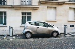 PARIJS, FRANKRIJK - JUNI 26, 2016: Auto Autolib die en voor huur op de straat in Parijs wordt geparkeerd laden dat Autolib is ele royalty-vrije stock fotografie