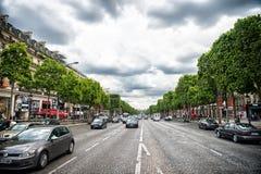 Parijs, Frankrijk - Juni 02, 2017: Avenue des Champs Elysees met bezig verkeer Hemelse gebiedenweg op bewolkte hemel Vakantie en  Royalty-vrije Stock Afbeeldingen