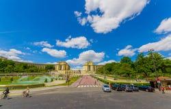 Parijs, Frankrijk 1 Juni, 2015: Brede weg die aan de mooie bouw op een aardige zonnige dag leiden Royalty-vrije Stock Foto's