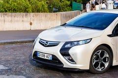 PARIJS, FRANKRIJK - JUNI 6, 2014: De auto van Opel Ampera in straat van Parijs stock foto's