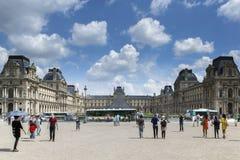 Parijs, Frankrijk - 14 Juni, 2013: De Franse mensen en vreemdelings de reizigers die bezoeken en nemen foto met Louvrepiramide bi Stock Afbeelding