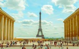 Parijs, Frankrijk 1 Juni, 2015: De indrukwekkende toren van Eiffel zoals die van afstand op een mooie zonnige dag wordt gezien Stock Afbeeldingen