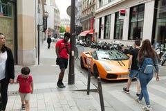 Parijs Frankrijk 02 Juni 2018 Lamborghini op de straten Auto Sinaasappel Stad luxurious tuning Supercar stock foto