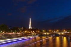 PARIJS, FRANKRIJK - Juni 27, 2017: mening over Pont des Invalides en de toren van Eiffel Royalty-vrije Stock Afbeeldingen