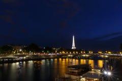PARIJS, FRANKRIJK - Juni 27, 2017: mening over Pont des Invalides en de toren van Eiffel Stock Afbeelding