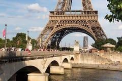 PARIJS, FRANKRIJK - JUNI 24, 2017: Mening van de beroemde Toren van Eiffel in Parijs frankrijk Stock Foto's