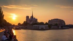 PARIJS, FRANKRIJK - JUNI 19, 2018: Timelapse van zonsondergang op Zegenrivier, mening aan heilige Michel de Paris stock footage
