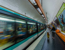 Parijs, Frankrijk 1 Juni, 2015: Trein binnen Parijse metro post, mensen die en van platform binnengaan weggaan Stock Fotografie