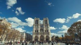 19 11 2014, Parijs, Frankrijk: Lengte van Notre Dame in Parijs Twee die schoten op een zonnige dag vestigen stock footage