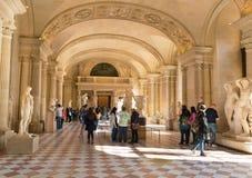 Parijs, Frankrijk - Maart 31, 2019: Bezoekers die het Louvremuseum lopen stock fotografie