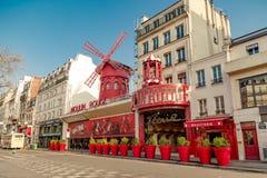 Parijs, Frankrijk, 31 Maart 2017: De Moulinrouge is een beroemd die cabaret in 1889 wordt gebouwd, de plaats bepalend van in de r Royalty-vrije Stock Foto's