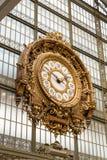 Parijs, Frankrijk, 28 Maart 2017: Gouden klok van het museum D ` Orsay Musee D ` Orsay is een museum in Parijs, op de linkerzijde Stock Foto's
