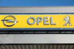 Parijs, Frankrijk - Maart 06 2017: Peugeot neemt Opel voor 2 over 2 miljard Euro Royalty-vrije Stock Foto's