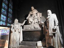 Parijs, Frankrijk - Maart 31, 2019: Wijd geschoten van Notre Dame-kathedraalbinnenland, Parijs, Frankrijk royalty-vrije stock foto's
