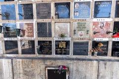 PARIJS, FRANKRIJK - MEI 2, 2016: Achille Zavatta-het graf van de circusclown in pere-Lachaise begraafplaats homeopaty stichter Stock Afbeeldingen