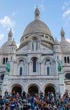 PARIJS, FRANKRIJK - MEI 25, 2019, Basiliek Sacre Coeur In de avonden bij de voet van de tempel, bewonderen vele mensen een mooie  royalty-vrije stock afbeeldingen