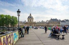 Parijs, Frankrijk - Mei 13, 2015: De mensen bezoeken Institut de France en Pont des Arts Stock Afbeeldingen