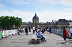 Parijs, Frankrijk - Mei 13, 2015: De mensen bezoeken Institut de France en Pont des Arts Stock Fotografie