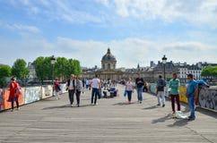 Parijs, Frankrijk - Mei 13, 2015: De mensen bezoeken Institut de France en Pont des Arts in Parijs Stock Fotografie