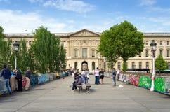 Parijs, Frankrijk - Mei 13, 2015: De mensen bezoeken Pont des Arts in Parijs Royalty-vrije Stock Fotografie