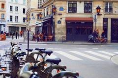 Parijs, Frankrijk: 27 mei, 2015, een restaurant op de straat in Parijs Stock Fotografie