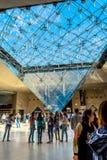Parijs, FRANKRIJK - MEI 27, 2015: Het Louvre in Parijs op een zonnige dag met blauwe hemel Stock Foto's