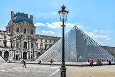 Parijs, FRANKRIJK - MEI 27, 2015: Het Louvre in Parijs op een zonnige dag met blauwe hemel Piramide die in het museum ondergronds Stock Afbeelding