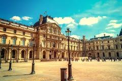 Parijs, Frankrijk - MEI 27, 2015: Het Louvre in Parijs op een zonnige dag Oude retro stijl Royalty-vrije Stock Foto