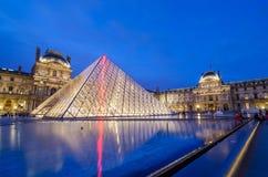 Parijs, Frankrijk - Mei 14, 2015: Het Louvremuseum van het toeristenbezoek bij schemering Royalty-vrije Stock Foto's