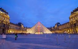 Parijs, Frankrijk - Mei 14, 2015: Het Louvremuseum van het toeristenbezoek in Parijs Royalty-vrije Stock Afbeeldingen