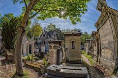 PARIJS, FRANKRIJK - MEI 2, 2016: oude graven in begraafplaats pere-Lachaise Stock Afbeeldingen