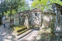 PARIJS, FRANKRIJK - MEI 2, 2016: oude graven in begraafplaats pere-Lachaise Stock Foto's