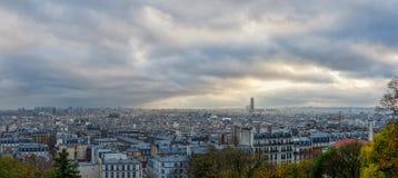 PARIJS, FRANKRIJK - NOVEMBER 27, 2013: Cityscape van Parijs met Gebouwen en Cityscape op Achtergrond Recente avondtijd Royalty-vrije Stock Fotografie