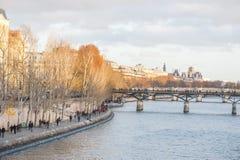 PARIJS, FRANKRIJK, 25 NOVEMBER, 2012: Cityscape van Parijs met Zegenrivier en Mensen Royalty-vrije Stock Foto's