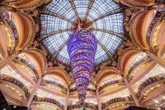 Parijs Frankrijk, November 2014: Vakantie in Frankrijk - Lafayette Galeries tijdens de winterkerstmis Stock Foto
