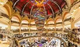 Parijs Frankrijk, November 2014: Vakantie in Frankrijk - Lafayette Galeries tijdens de winterkerstmis Stock Afbeeldingen