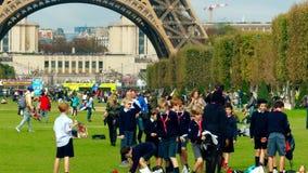 PARIJS, FRANKRIJK - OKTOBER 7, 2017 Franse schooljongens op Champ de Marsgazon dichtbij de toren van Eiffel Royalty-vrije Stock Afbeelding