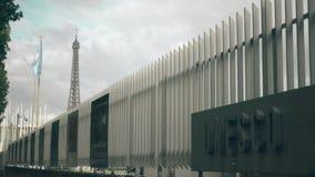 PARIJS, FRANKRIJK - OKTOBER 8, 2017 Golvende Unesco-vlag en tekenraad tegen de de torenbovenkant van Eiffel Stock Foto