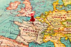 Parijs, Frankrijk op uitstekende kaart van Europa wordt gespeld dat Royalty-vrije Stock Foto's