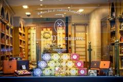 parijs Gebakje met macarones in het winkelvenster dat wordt blootgesteld stock foto