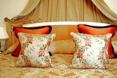 PARIJS: Het bed van het paleishotel Stock Foto