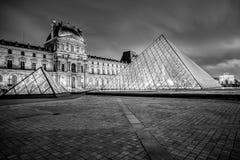 PARIJS - JANUARI 4: Louvremuseum bij nacht op 4 Januari, 2013 Het Louvre is één van de grootste musea van de wereld in Parijs Bij Stock Afbeelding