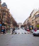 10 Parijs-JANUARI: Typisch Parijse straat en Arc de Triomphe in de afstand op 10,2013 Januari Royalty-vrije Stock Afbeelding