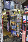 Parijs, 17 Juli: Herinneringenmagasin van Montmartre in Parijs Stock Afbeeldingen