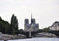 Parijs, 18 Juli: Notre Dame en Pont DE Sully over Zegen van Parijs in Frankrijk Stock Afbeelding