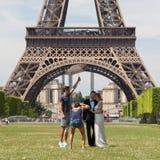 PARIJS - JULI 27: Onlangs wed paar bij de Toren van Eiffel op 27 Juli Stock Afbeelding