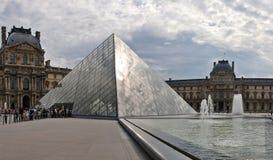 De piramideingang van het Louvre aan dit beroemde museum. Frankrijk. 21 juni, 2012 Stock Fotografie