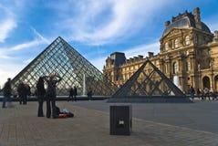 PARIJS - Maart 20. De toeristen genieten van bij het Louvre Royalty-vrije Stock Foto's