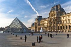 PARIJS - Maart 20. De toeristen genieten van bij het Louvre Royalty-vrije Stock Fotografie