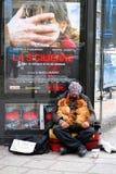 PARIJS - Mei 7: Een dakloze mensenzitting op de straat met een hond a stock fotografie